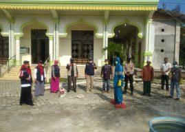 Babhinkamtibmas Polsek Krueng Raya Dampingi PMI Aceh Besar Lakukan Penyemprotan Disinfektan