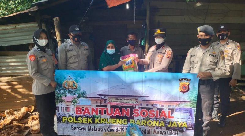 Wujud Kepedulian Polri Saat Jelang Hari Raya, Kapolsek Krueng Barona Jaya Salurkan Bansos Kepada Warga Masyarakat