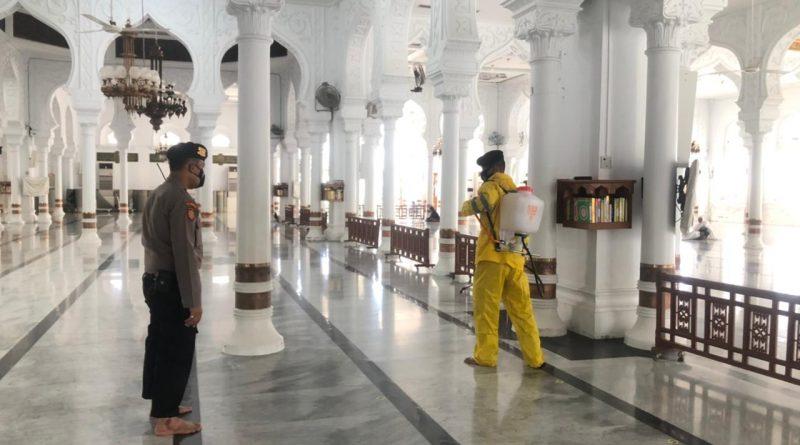 Jelang Hari Raya Idul Fitri, Personel Polda Aceh Sterilkan Masjid Untuk Sholat Ied