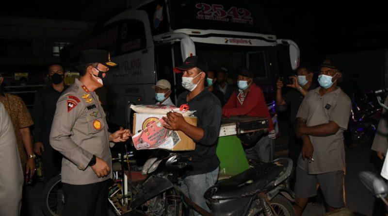 Turun Langsung Dalam Patroli Berskala Besar, Kapolda Aceh Bagikan Sembako di Terminal Bus Bireuen